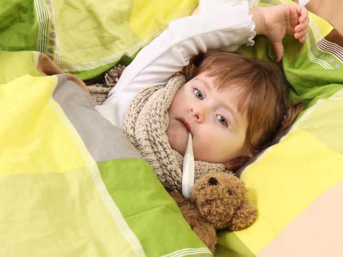 Ребёнок согревается под одеялом