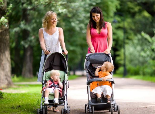 Мамы гуляют с детьми летом