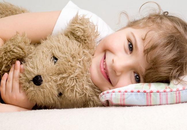Девочка с плюшевым медвежонком