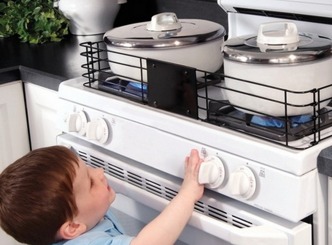 Малыш возле газовой плиты