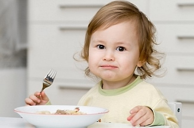 Девочка завтракает