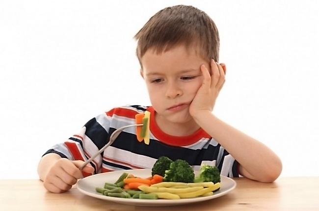 Мальчик отказывается от приёма пищи