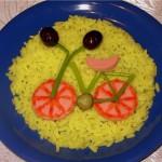 Велосипед из колбасы, стручковой фасоли и оливок с гарниром