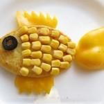 Картофельные зразы в виде рыбки с кукурузой, твёрдым сыром и маслинами