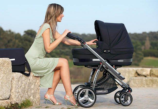 Мама с коляской на прогулке