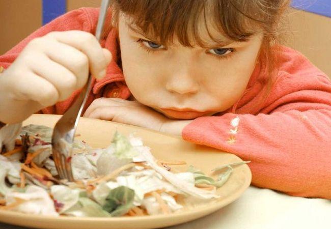 Девочка не хочет есть слишком большую порцию