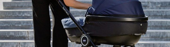 мама с новорожденным в коляске