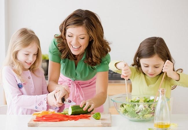 Дети помогают маме готовить обед