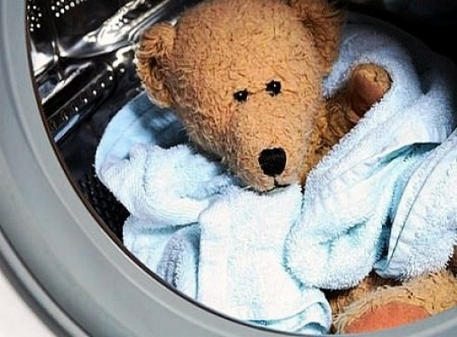 Игрушечный мишка в стиральной машине