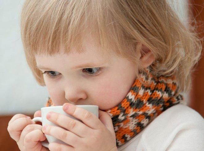 Девочка пьёт тёплый чай, чтобы согреться после зимней прогулки
