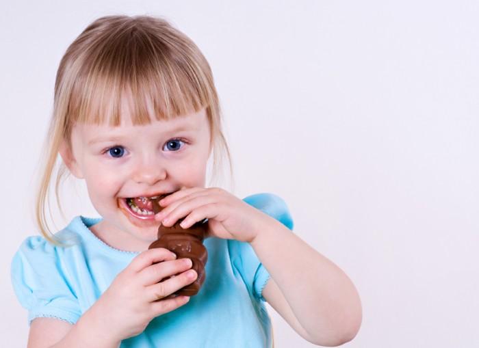 Девочка ест сладости