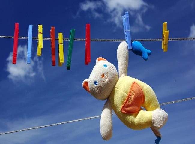 Игрушечный котик сушится на бельевой верёвке