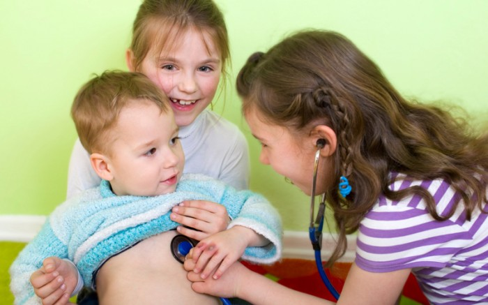 дети играют в доктора, оказание первой помощи