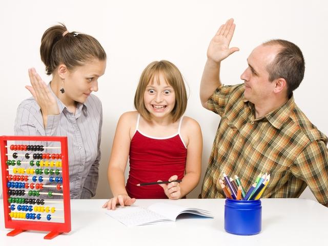 родители и дочка, реакция на плохие оценки