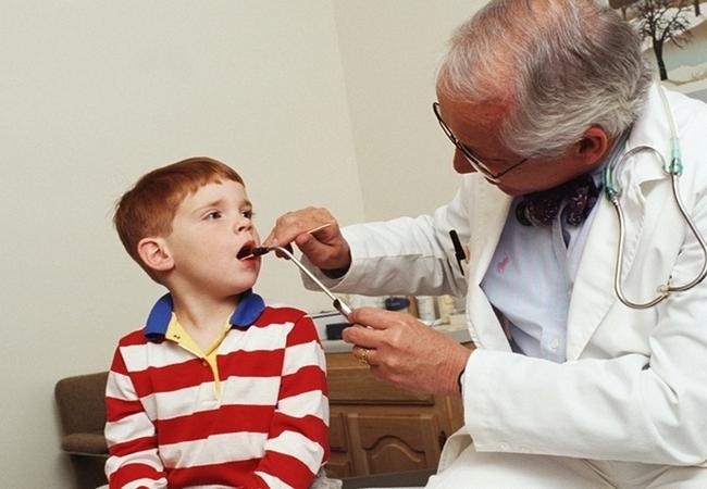 Доктор осматривает мальчика