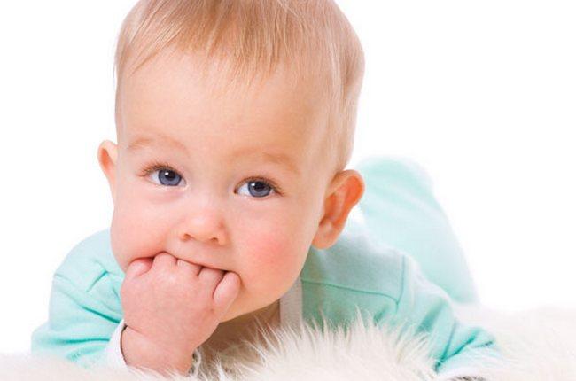 Малыш сосёт пальцы: что делать?