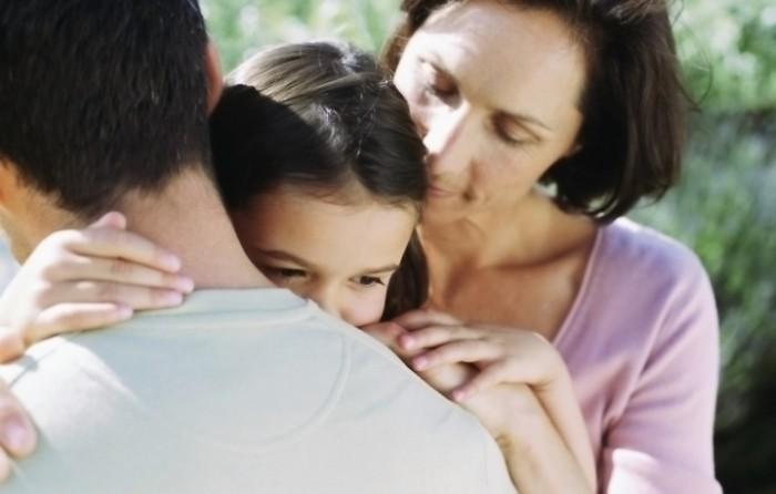 Родители успокаивают свою дочь