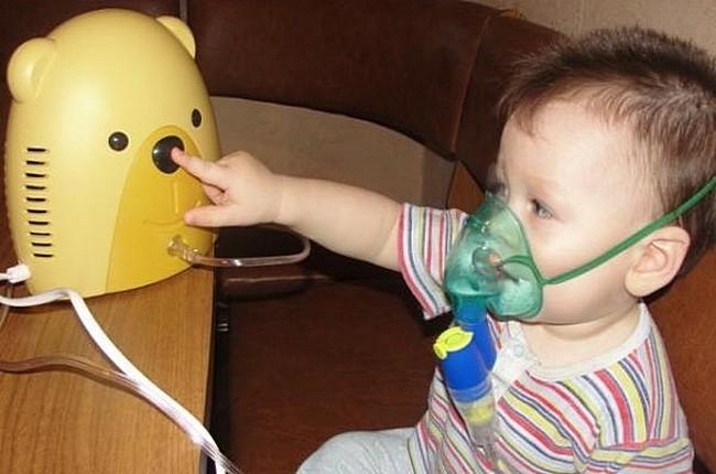 Ребёнок принимает ингаляции