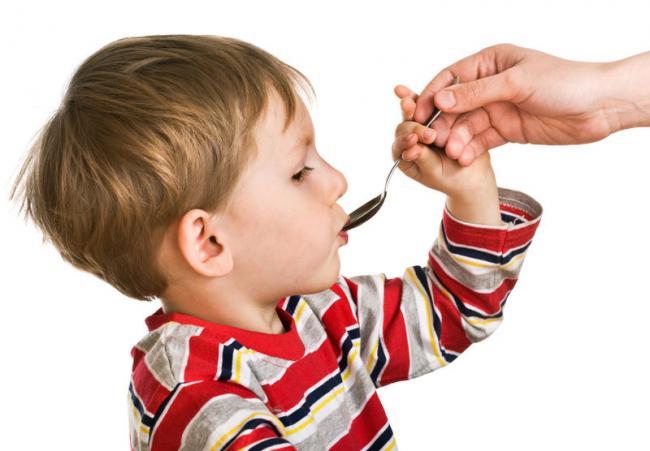 Мальчик пьёт лекарство