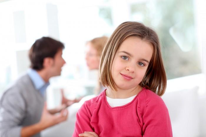 Девочка присутствует при выяснении отношений родителями