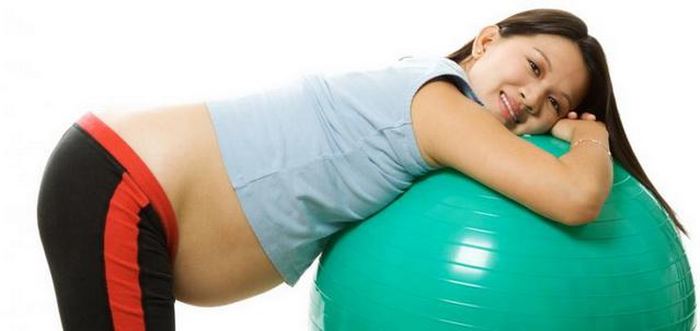 Беременная со швейцарским мячом