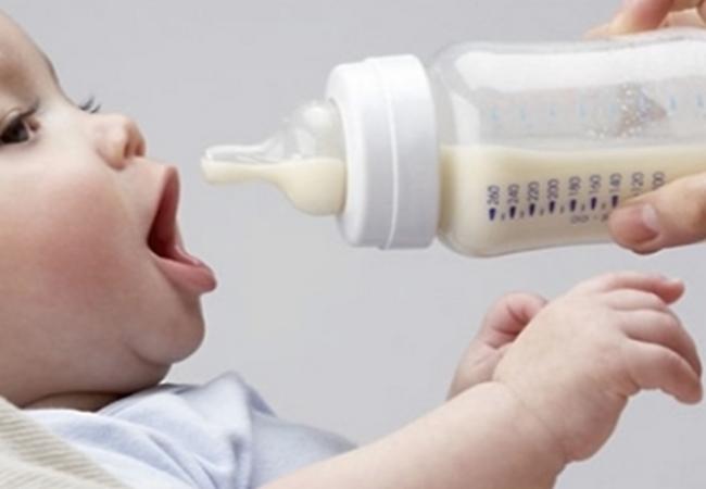 Ребёнок собирается сосать смесь из бутылочки
