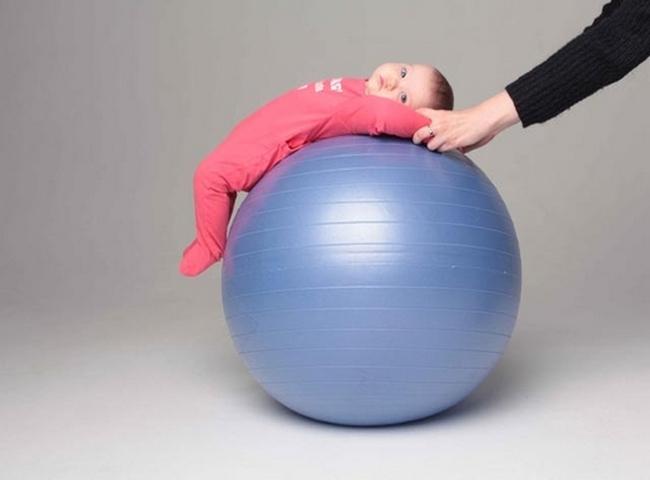 Упражнения на фитболе для грудничков: покачивания на спинке