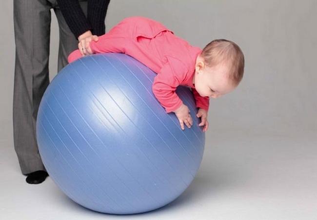 Упражнения на фитболе для грудничков: покачивания на животике