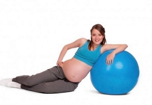 Беременная и гимнастический мяч