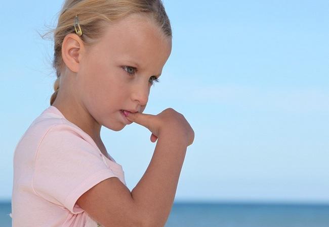Девочка-подросток сосёт палец