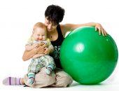 Малыш и мама с фитболом