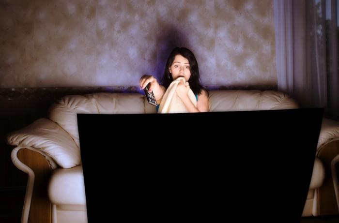 женщина смотрит телевизор, что нельзя смотреть в период беременности