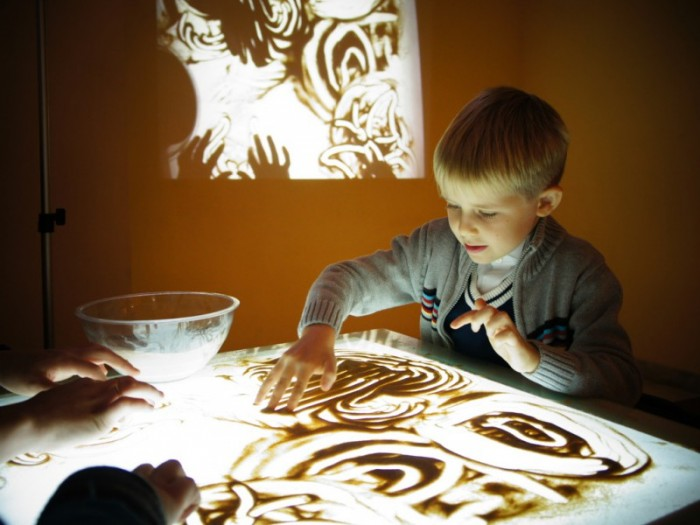 ребенок рисует песком, как подготовить развлечение для ребенка