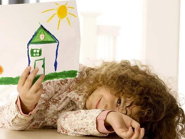 Девочка показывает свой рисунок