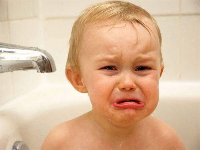 Малыш плачет в ванне