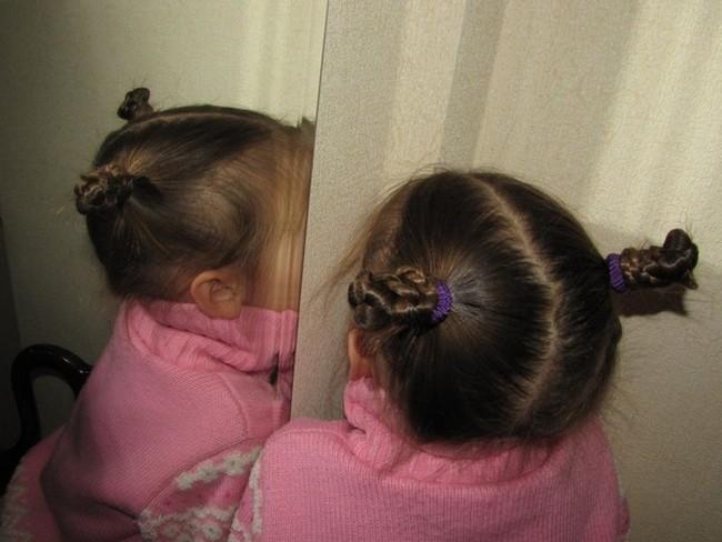 Малышка смотрится в зеркало