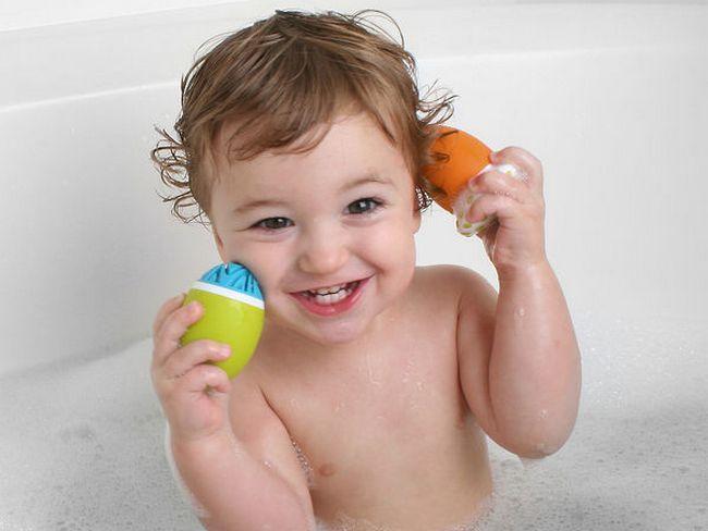 Карапуз играет в ванне