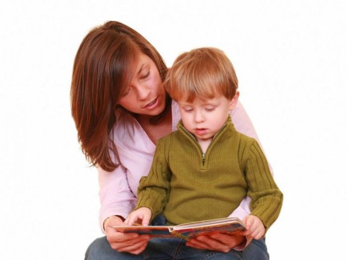 Мама читает сыну книжку