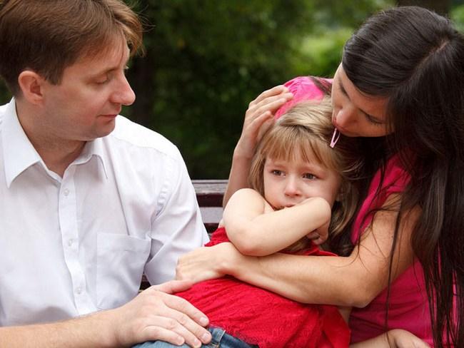 Мама и папа успокаивают малышку