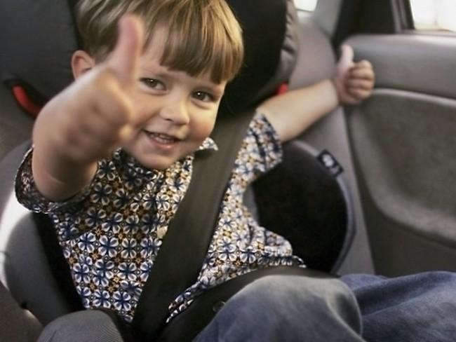 Мальчику нравится сидеть в автокресле