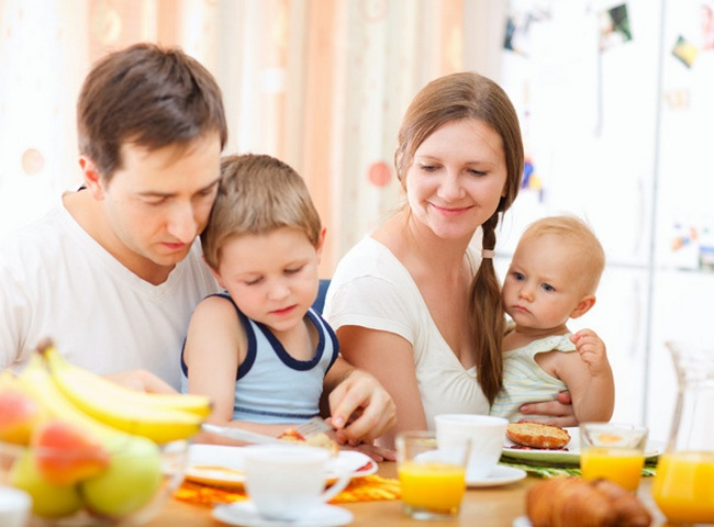 Семья за обеденным столом