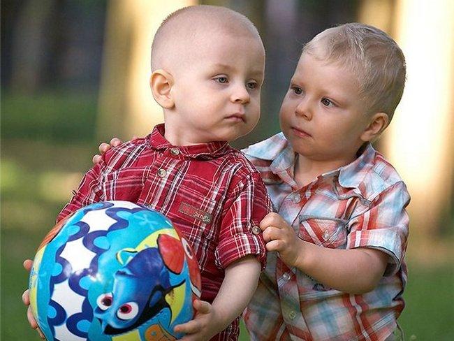 Дети с мячиком