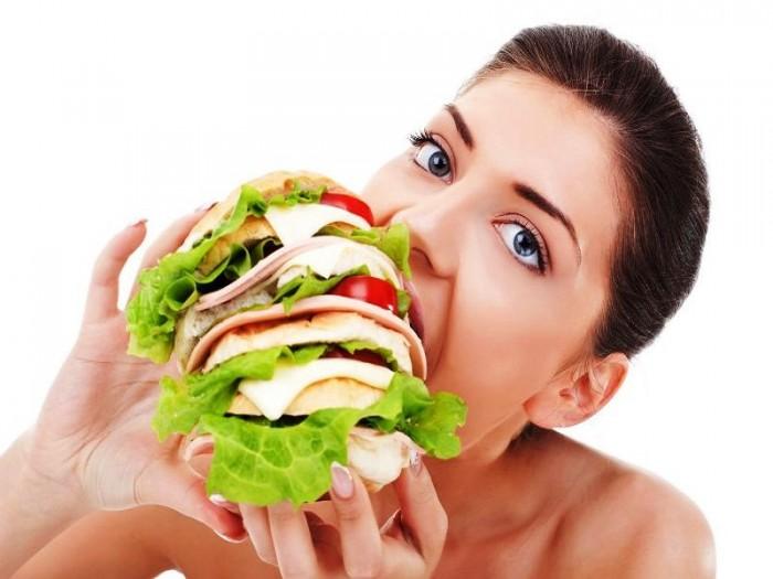 женщина много кушает, переедание и его причины