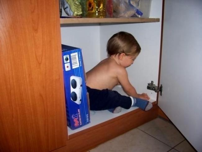 Малыш залез в шкаф