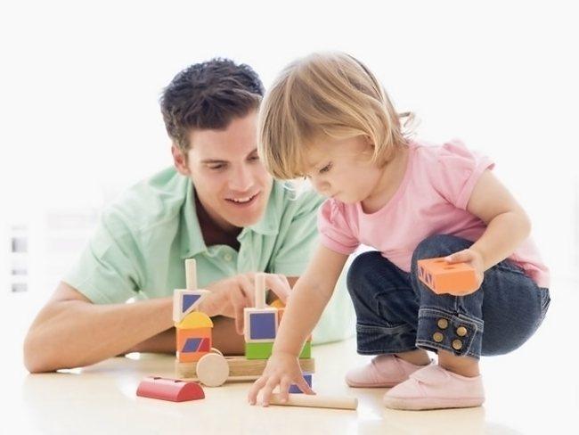 Папа учит дочку играть