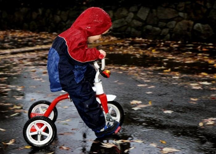 Малыш катается на велосипеде