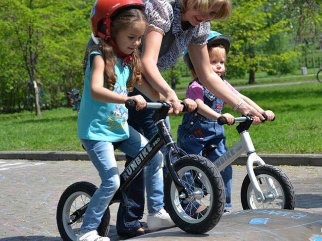 Дети учатся ездить на ранбайках
