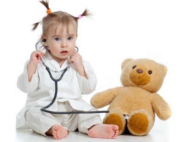 Девочка играет в доктора