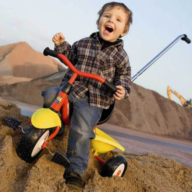 Ребёнок на трёхколёсном велосипеде
