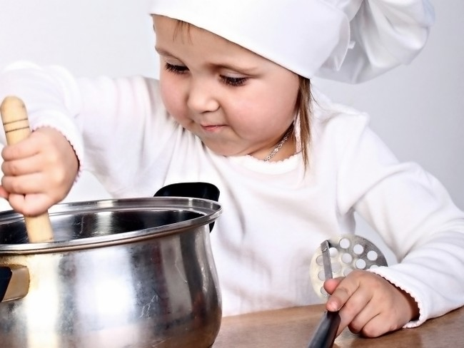 Девочка играет в повара